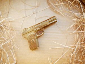 Шоколадные пистолеты, оружие с логотипом
